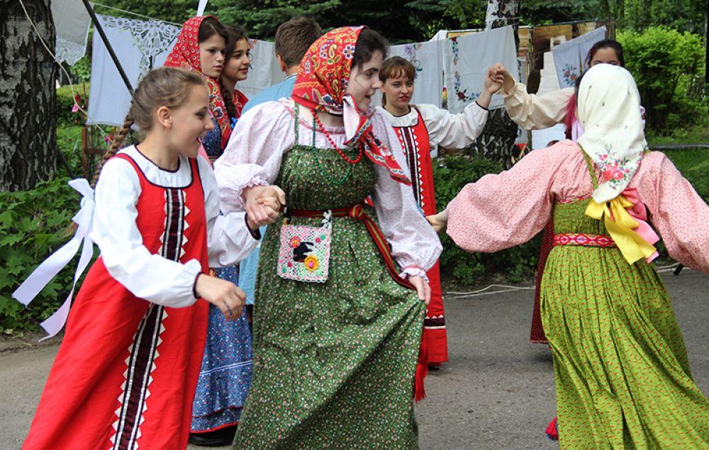 Песнями и танцами посетителей встречали прямо у входа в парк