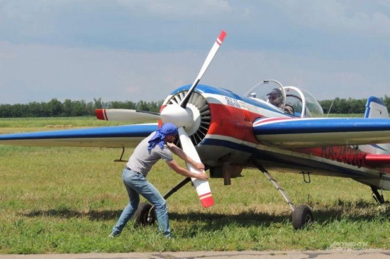 Спортивно-пилотажному самолету Як-55 потребовалась небольшая помощь.