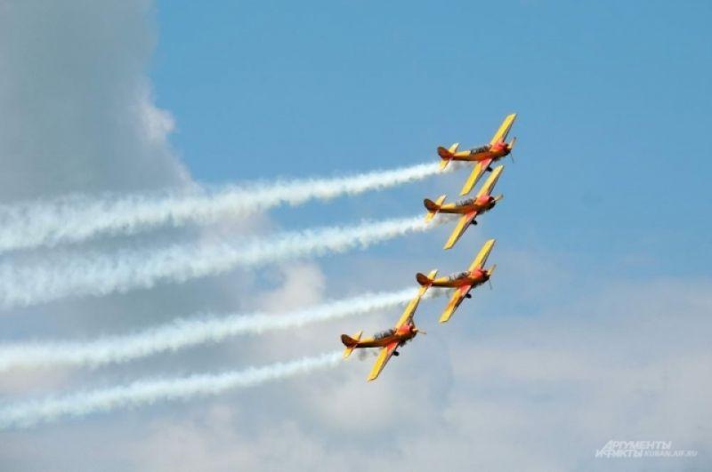 «Первый полет» - единственная в России профессиональная пилотажная группа, выступающая на поршневых самолетах.