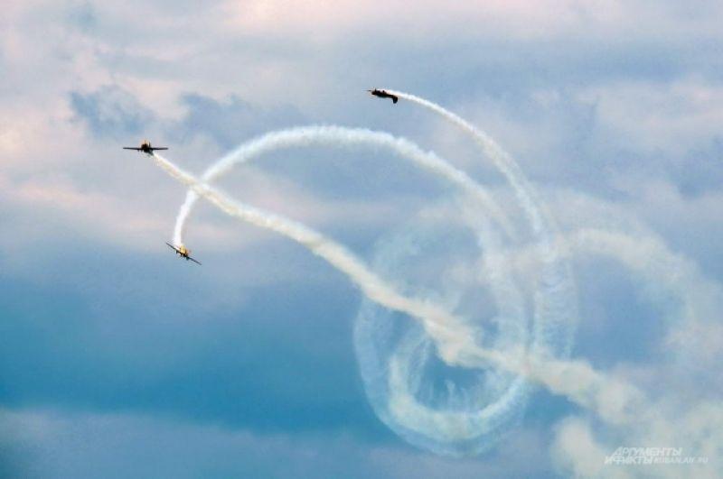 Пилоты «Первого полета» вращаются вокруг оси ведущего самолета.