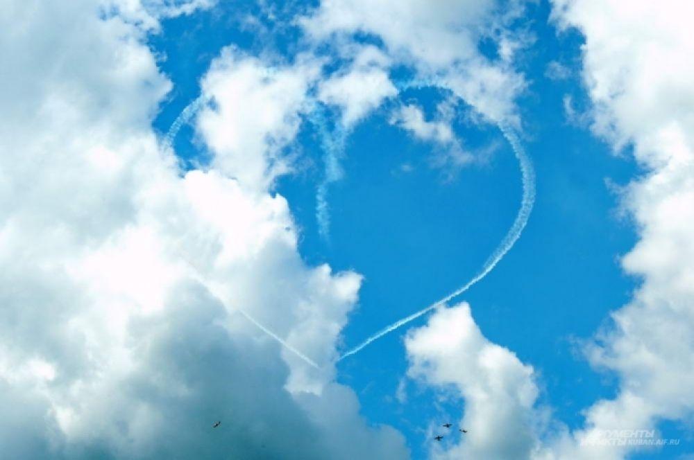 Члены пилотажной группы аэроклуба «Первый полет» нарисовали в небе сердце.