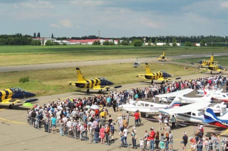 На взлетную полосу выруливает частная гражданская пилотажная группа «Балтийские пчелы».