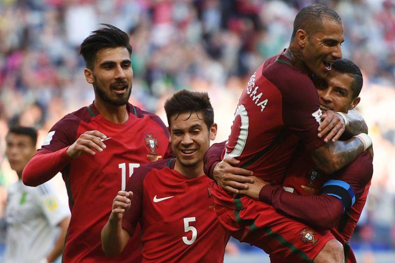 Первый гол португальской команды забил Рикарду Куарежма, на 86-й минуте матча отличился Седрик Соареш. Слева направо: Андре Гомеш, Рафаэл Геррейру, Рикарду Куарежма и Криштиану Роналду радуются забитому мячу.