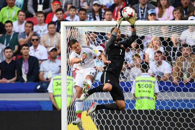 Слева направо: Хавьер Эрнандес (Мексика) и Руй Патрисиу (Португалия) во время матча Кубка конфедераций-2017 по футболу между сборными Португалии и Мексики.