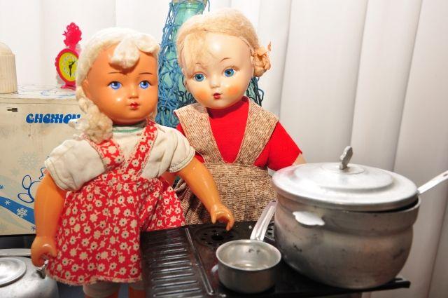 Куклы попадают к коллекционеру каждая со своей историей.