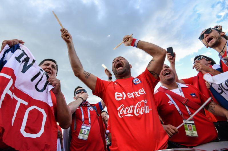 На московском стадионе «Спартак» прошла встреча команд Чили и Камеруна. На фото: чилийские болельщики перед началом матча.