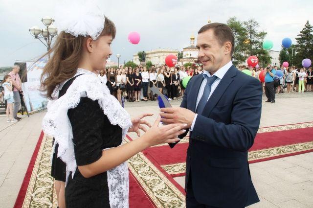 Лучшие иркутские выпускники получили памятные статуэтки.