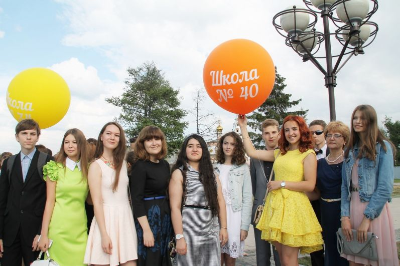 Выпускники-2017 удивляли своими яркими нарядами.