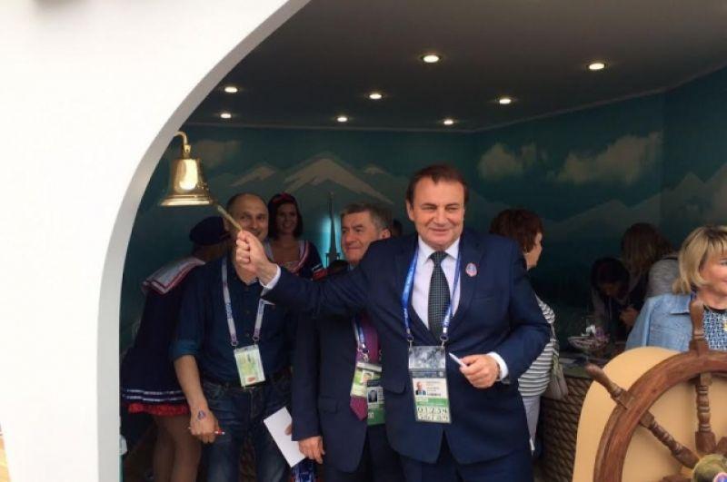 Мэр Сочи Анатолий Пахомов в качестве капитана корабля торжественно открывает Центр гостеприимства.