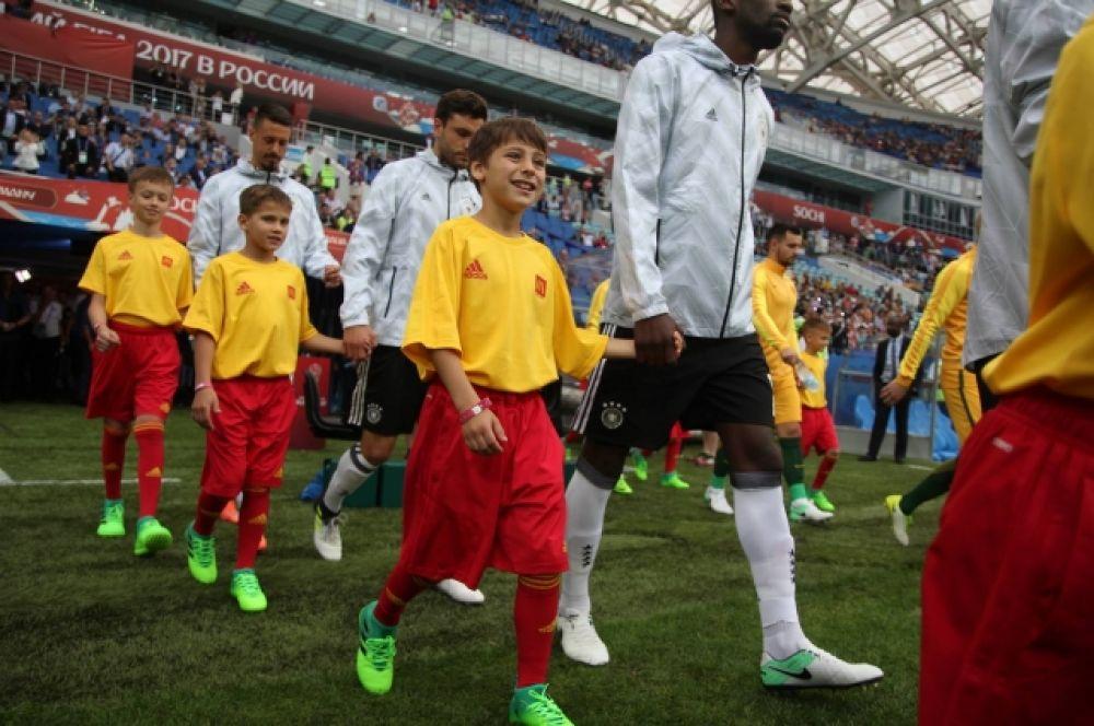 По традиции на поле игроки команд выходили вместе с юными футболистами.