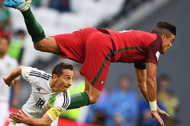 Слева направо: Андрес Гуардадо (Мексика) и Пепе (Португалия) во время матча Кубка конфедераций-2017 по футболу между сборными Португалии и Мексики.