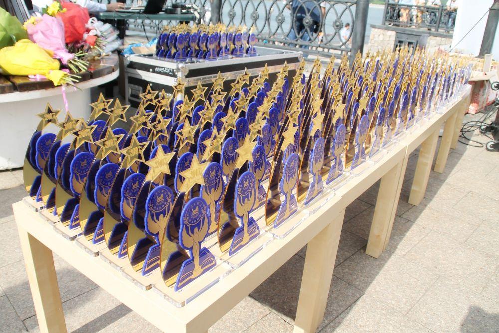 Памятные статуэтки получили 315 выпускников.