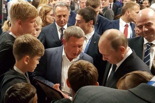 Президент подарил ребятам комплекты футбольной формы сборной страны и мяч.