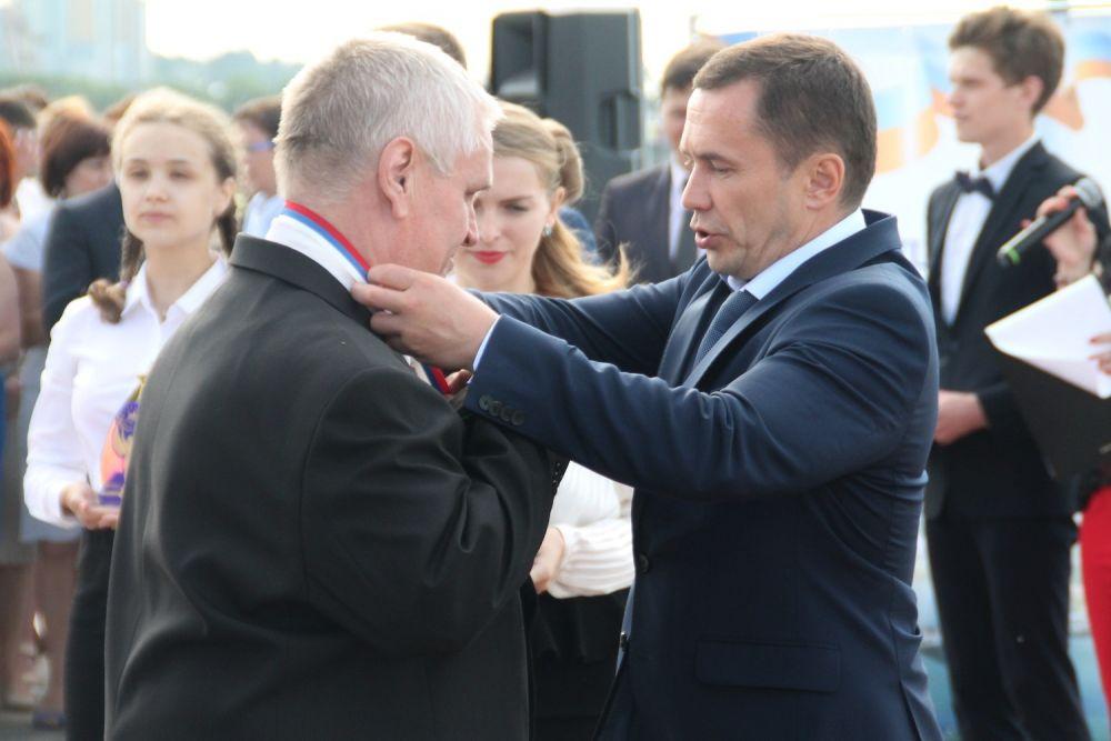 Мэр наградил медалями и учителей лучших выпускников.