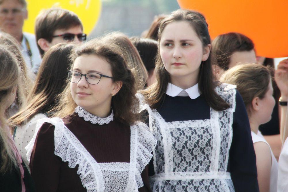 Некоторые выпускницы пришли в школьной форме в советском стиле.