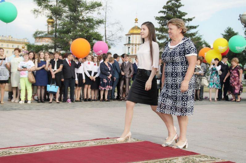 Выпускники и учителя шли за наградами по красной дорожке.