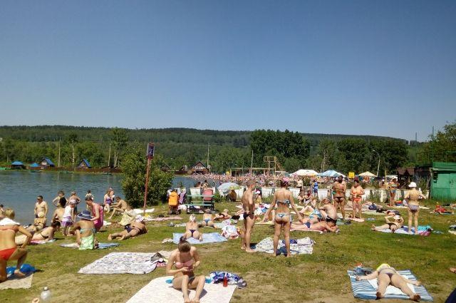 У работника пляжной зона на Красном озере арестовали автомобиль.