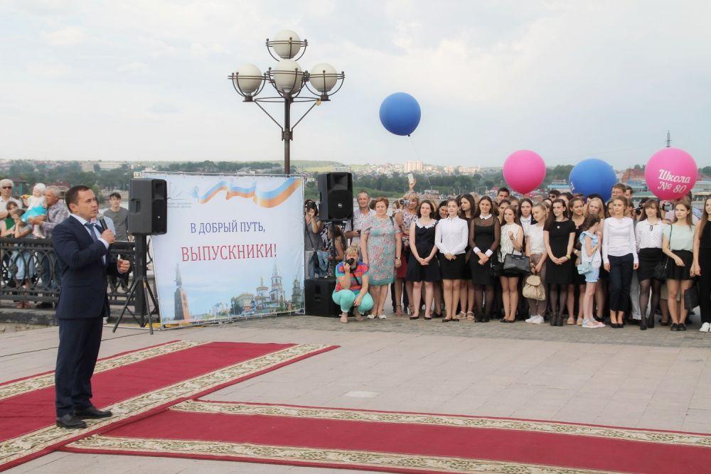 Мэр Иркутска поздравил выпускником с успешным окончанием школы.