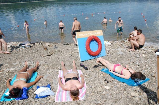 В жару люди ищут спасения у воды.