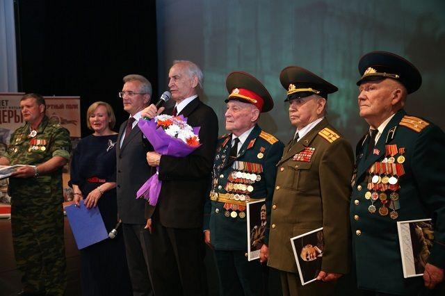 Выразить признательность и уважение мэтру отечественного кинематографа и театра на сцену поднялся губернатор Пензенской области Иван Белозерцев.