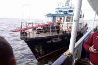 Людей эвакуируют на другое судно
