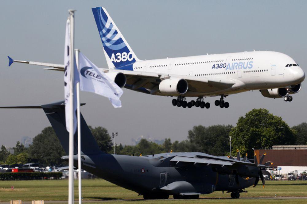 Самолеты Airbus A380 и Airbus A400M (внизу).