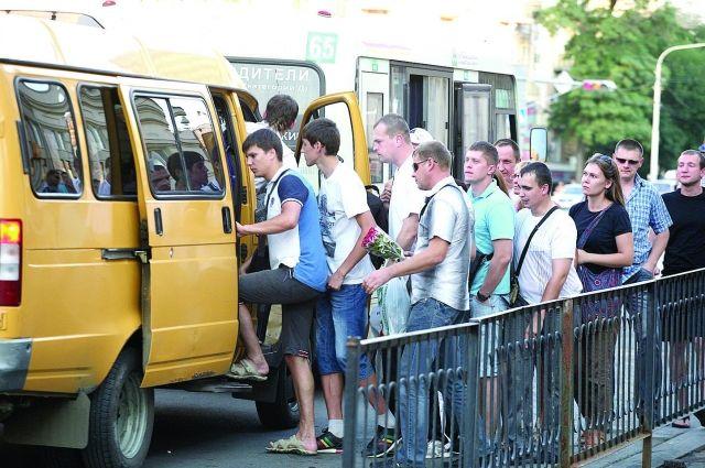 Редкие жёлтые автобусы берут буквально штурмом.