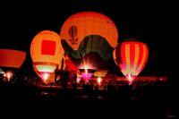 Танец воздушных слонов - традиционное зрелище на церемонии закрытия фестиваля.