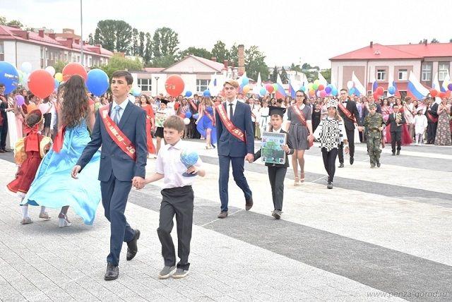 Медалисты прощаются со школой.