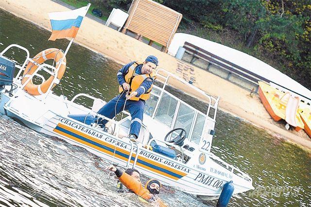 В зонах отдыха у воды спасатели работают круглосуточно.