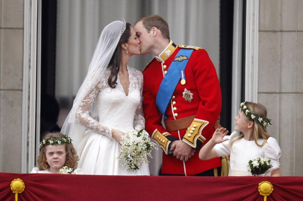 29 апреля 2011 года. В Вестминстерском аббатстве в Лондоне состоялась свадьба принца Уэльского Уильяма и Кэтрин Миддлтон. Королева Елизавета II пожаловала молодой паре титул герцога и герцогини Кембриджских.