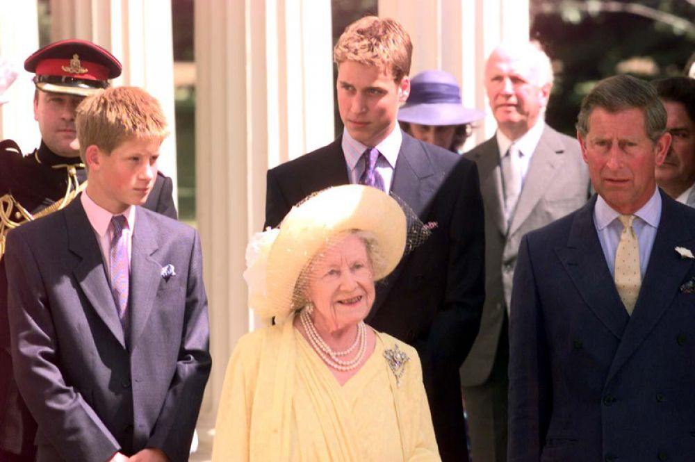 4 августа 1999 года. 99-летие Елизаветы, королевы-матери. Елизавета в окружении правнуков, Гарри и Уильяма, и внука, принца Чарльза.