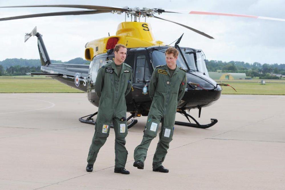 18 июня 2009 года. Принцы Уильям и Гарри обучаются управлению вертолетом.