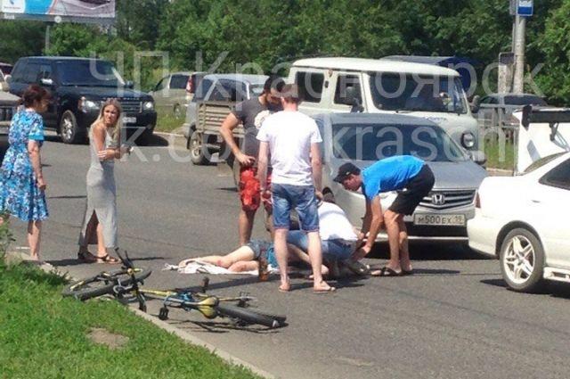 24-летняя девушка не спешилась в велосипеда, а решила ехать прямо по переходу.