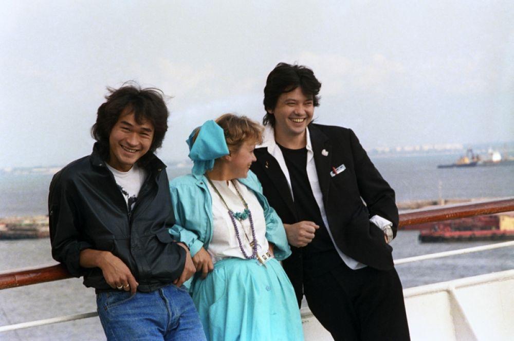 Слева направо: актер и певец Виктор Цой, актриса Нина Ильина и казахский режиссер фильма «Игла» Рашид Нугманов, 1989 год.