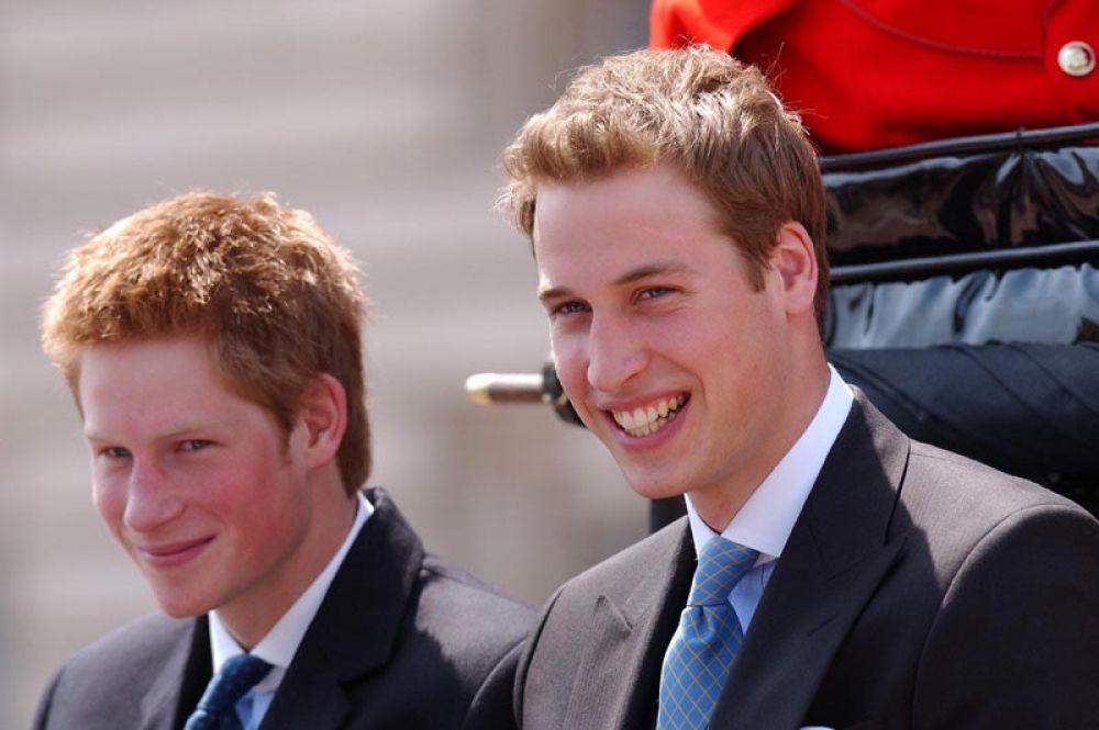 14 июня 2003 года. Принц Гарри и Уильям на праздновании в честь дня рождения своей бабушки, Королевы Елизаветы II.