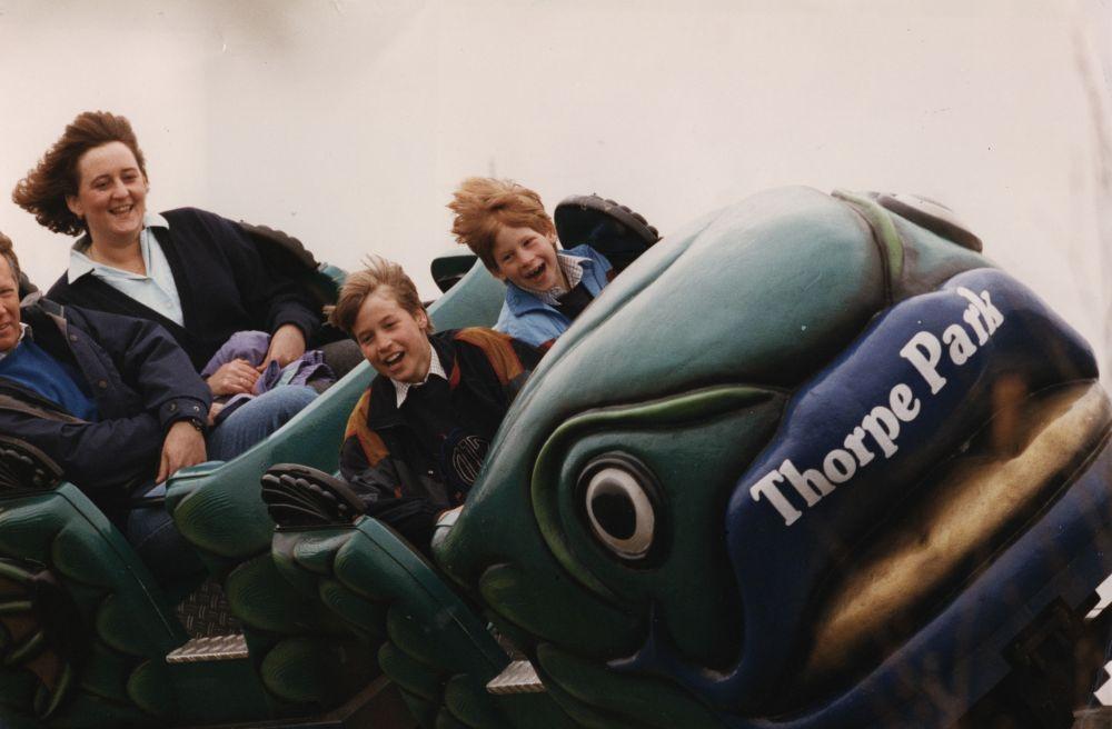 13 апреля 1993 года. Принцы Уильям и Гарри в парке аттракционов.