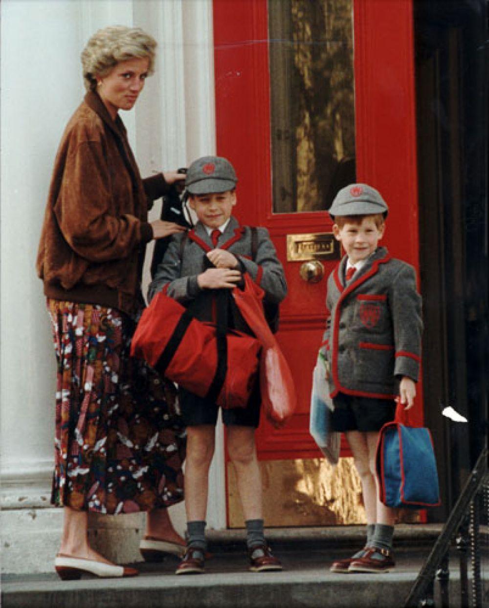 25 апреля 1990 года. Принцесса Диана ведёт своих сыновей Уильяма и Гарри в школу «Уэзерби» в Ноттинг-Хилл-Гейт.
