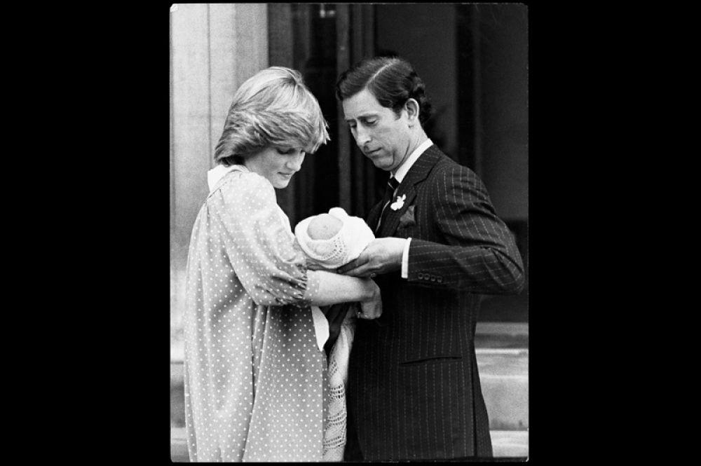 22 июня 1982 года, Лондон. Новорожденный наследник. При рождении мальчик получил имя Уильям Артур Филипп Луи.