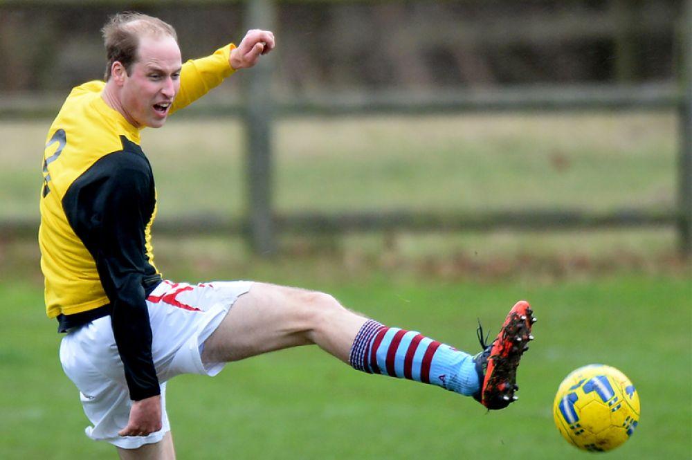 24 декабря 2015 года. Принц Уильям играет в футбол. С 2006 года он является президентом Футбольной ассоциации Англии. Будучи спортсменом и болельщиком бирмингемского футбольного клуба «Астон Вилла», принц надеется привлечь как можно больше детей к футболу.