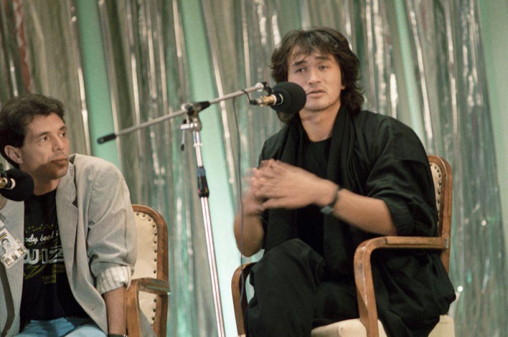 Лидер популярной рок-группы «Кино» Виктор Цой отвечает на вопросы на пресс-конференции, посвященной кинофестивалю популярных жанров «Золотой Дюк», 1988 год.