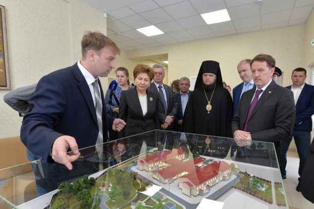 Галине Кареловой и Алексею Гордееву показали основные помещения учреждения — сначала на макете, потом во время экскурсии по зданию.