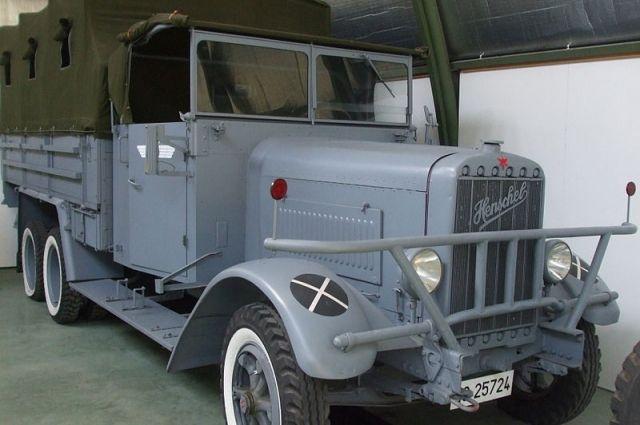 Немецкий военный грузовик бросили при отступлении в 1942 году.
