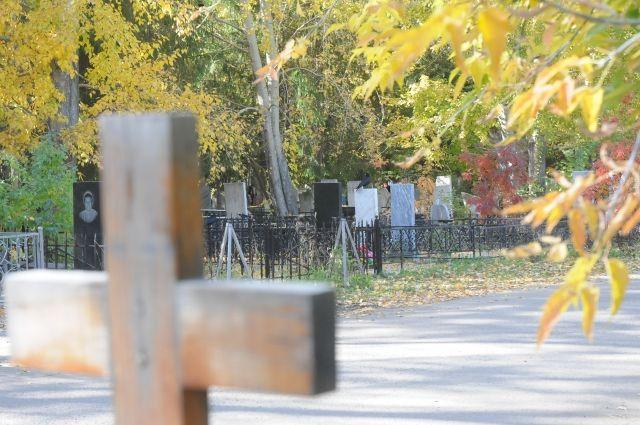 Валтайском селе нетрезвый мужчина разгромил кладбище