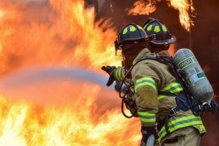 Пожар на проезжей части ликвидировали четыре пожарных и одна автоцистерна.