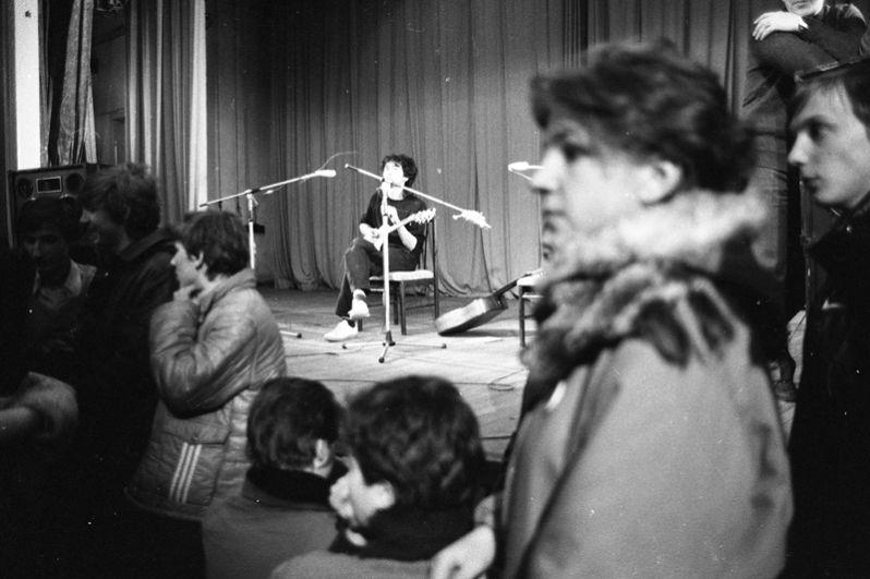 Виктор Цой на концерте в Ленинграде, 1986 год.