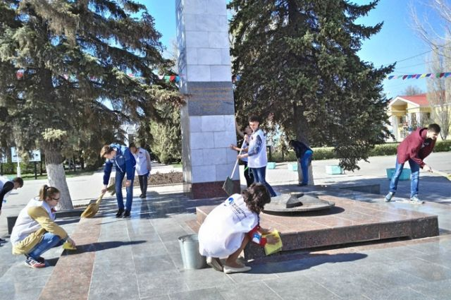 Момент патриотического субботника у памятного обелиска в городе Михайловке.