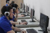 Наблюдатели предельно внимательно смотрят за сдачей экзамена.