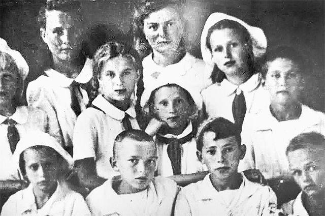 Пионерский отряд. В верхнем ряду Анастасия Бурыкина (слева) и Нина Храброва.