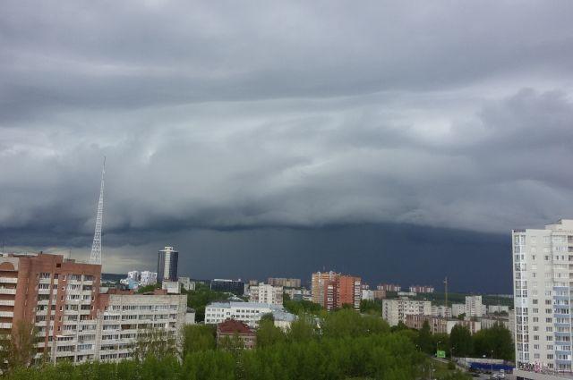 На Кемеровскую область надвигаются грозы и град.